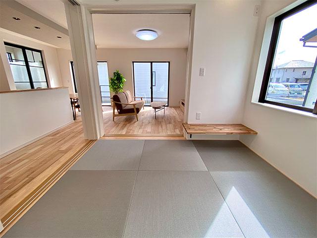 和室<br> 4.5帖の小上がりの和室は、ドアを閉めて個室として、全てオープンにしてLDK の一部としても使えます。和コーナーを間仕切る建具は、圧迫感を感じにくいホワイトを選びました。
