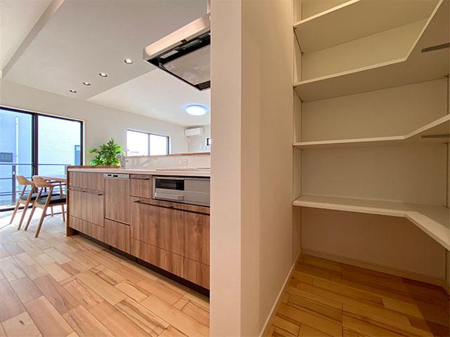 パントリー<br> キッチンの横に食材をストックできるスペースを設けました。