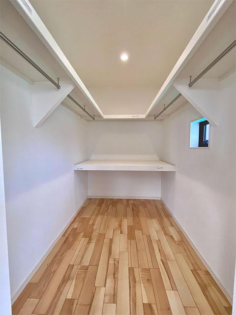 ウォークインクローゼット<br> メインベッドルームに大型のクローゼットをご用意しました。