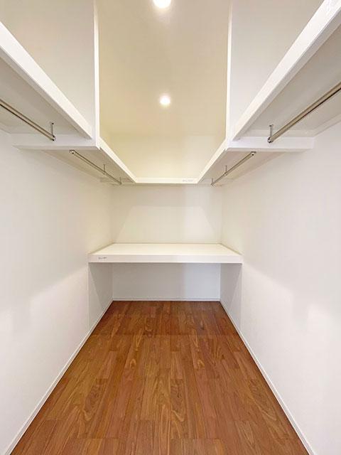 大容量のファミリークローゼットをあえてホールに設けました。サンルームの横にありますので、乾いたらすぐにファミリークローゼットに収納できます。