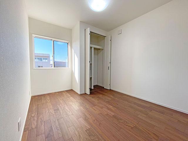 大きな窓が特徴的な5.7帖の洋室です。子供部屋に最適な広さとなっています。