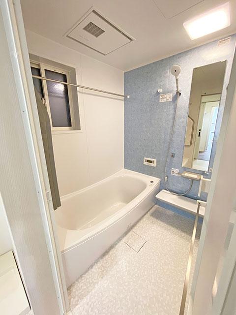 ブルーのアクセントクロスがおしゃれな浴室です。汚れにくく清潔感があり快適にバスタイムを過ごせます。