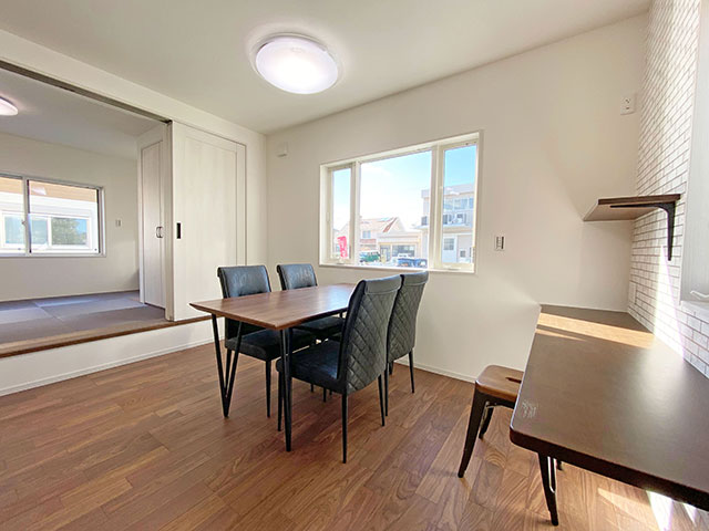 大きな窓が付いた明るいダイニング空間になりました。キッチンの隣に配置しましたので、すぐに温かい料理を食べることが出来ます。