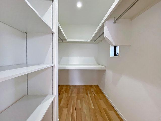 ウォークインクローゼット<br> 8帖のベッドルームには、こちらのウォークインクローゼットが付いています。奥行きがあり掛ける、置く、畳む収納ができます。