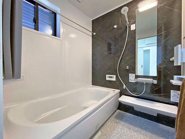 バスルーム<br> 一日の疲れを癒すくつろぎのバスルームにTOTOを採用。