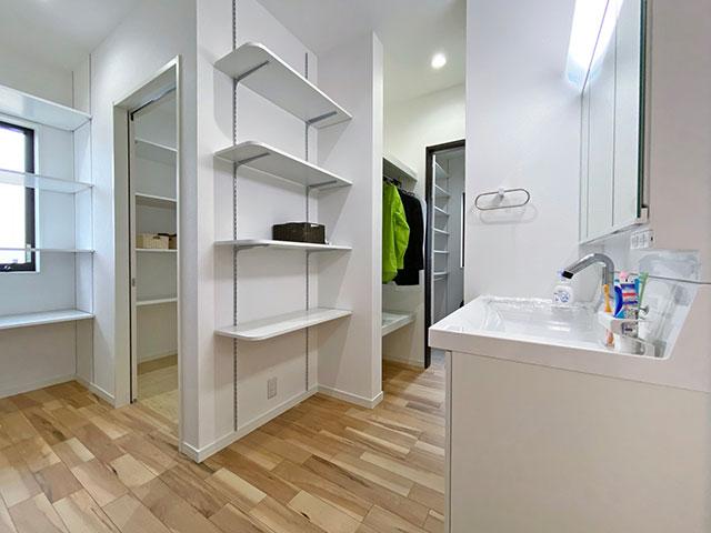 スタイリングエリア(洗面)<br> シューズクローゼットから直結する洗面台(扉はあります)。しっかり収納スペースも配置。