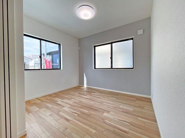 1階の1部屋<br> 個室としてはもちろん引き戸を開けてリビングとしても。お子様が小さい時は寝室やキッズスペースとして、在宅ワークの方は仕事部屋として、部屋干し派の方はサンルームとしても!