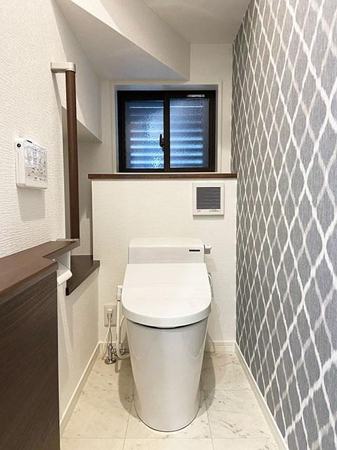 1階トイレ<br> 汚れに強い素材のホーローを使用。飛び散り・垂れ汚れが壁や床に染み込まないので、シミや変色を防ぎ、ニオイも付かず水拭きでサッと拭くだけでずっとキレイが続きます。