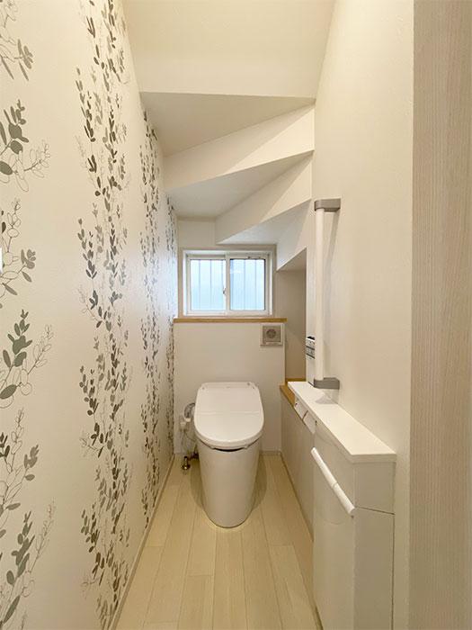 トイレ<br> 可愛らしい柄のクロスを採用したおしゃれなトイレです。