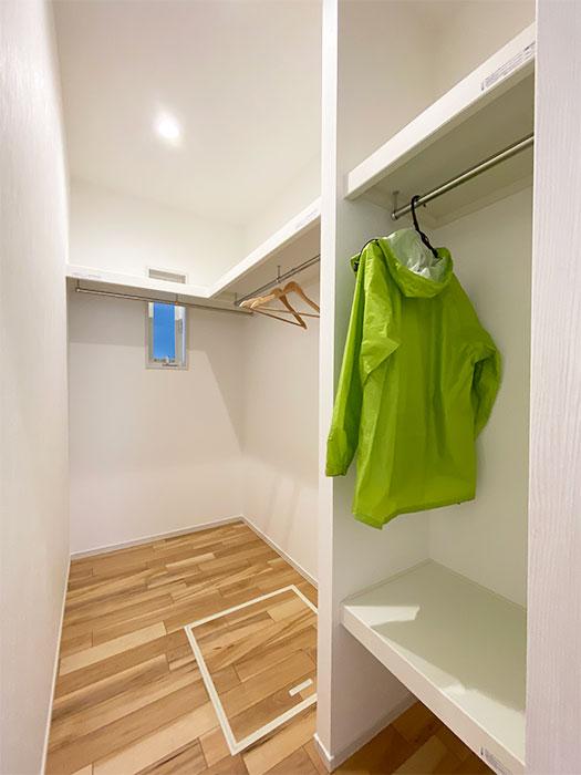 ファミリークローゼット<br> 家族で使える大型のクローゼットを1階キッチン裏に配置しました。