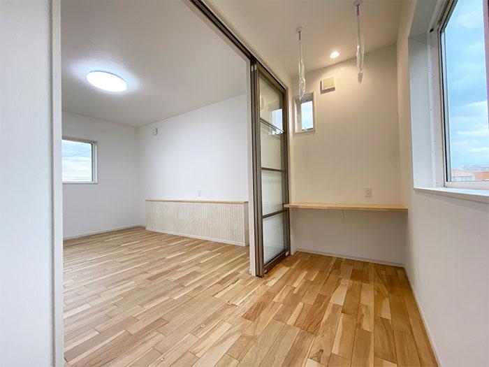 サンルーム<br> 2階ベッドルームには洗濯物を干したりリモートワークをしたりといろんな使い方ができます。