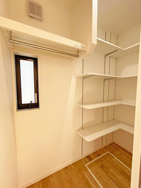 収納<br> キッチンの後ろには何でも収納できるストックルームを配置しました。
