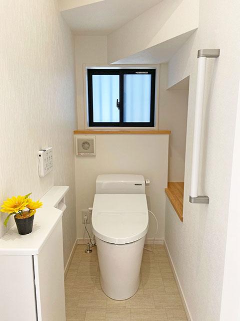 1階トイレ<br> 清潔感があり手すり付きで安心のトイレ。奥には収納スペースがございます。