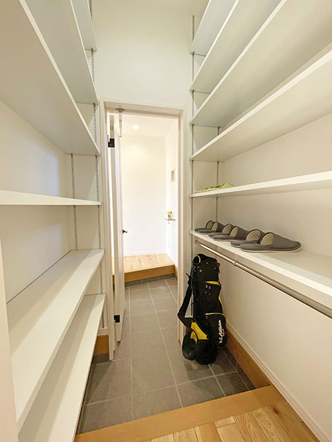 シューズクローゼット<br> 玄関から通り抜けられるウォークスルー型シューズクローゼットを採用。
