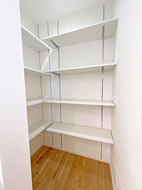 パントリー<br> 食材のストックや食器を収納するのにとても便利です!