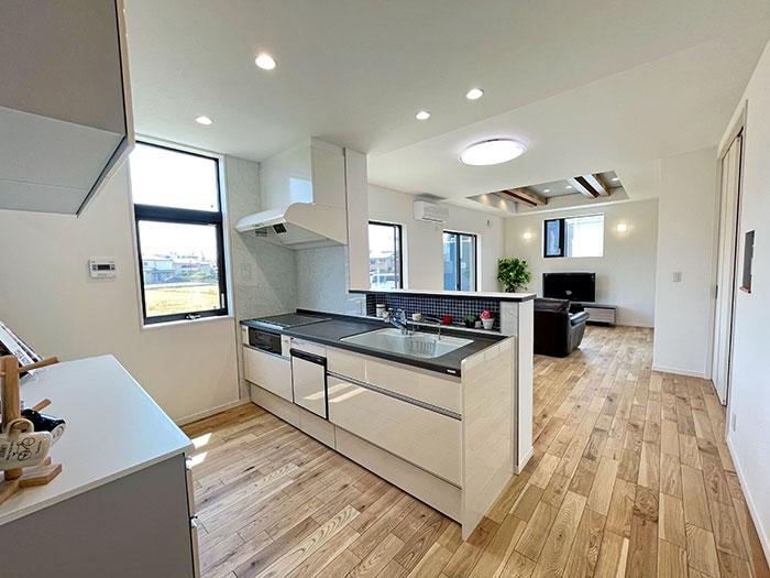 キッチン<br> キッチンからリビングの様子まで見ることができるので、お子さまがいる方も安心してお料理ができます。