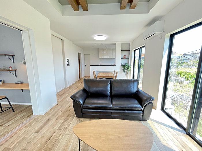 リビング<br> 床は木質感のあるナラ樫を、他は白を基調とした明るい配色に。また、来い茶色や黒で要所を引き締めました。