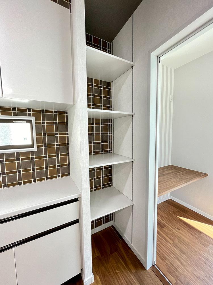 キッチンにある可動棚<br> キッチンの裏のカップボード横に可動棚の収納があります。よく使いものはここに収納したいですね!