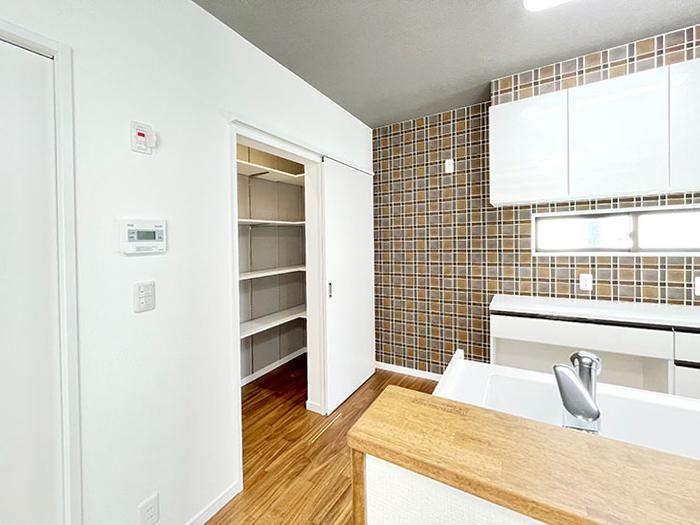 パントリー<br> キッチン横には大容量のパントリーがあります。たくさんストック買ってもきれいに収納できそうです。キッチンの収納がかなり充実していますね!
