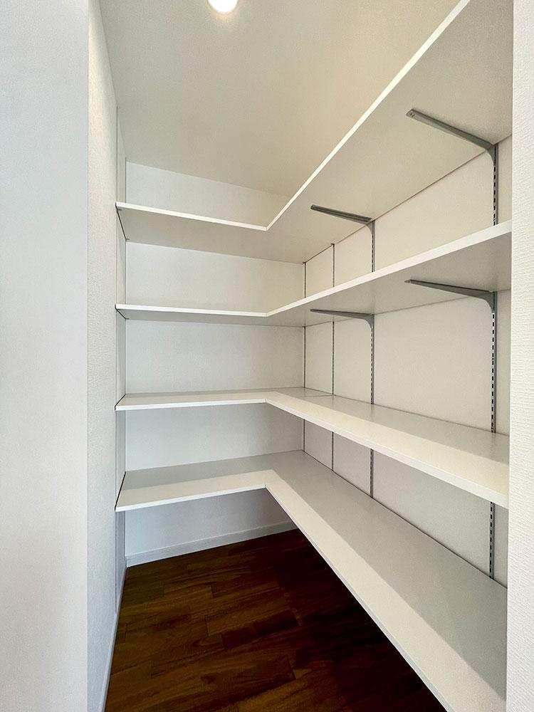 リビングクローゼット<br> 大型のリビングクローゼットです。学校の書類や取扱説明書など溜まりがちな書類を整理できそうです。 広いので掃除機の収納にも使えそうです。