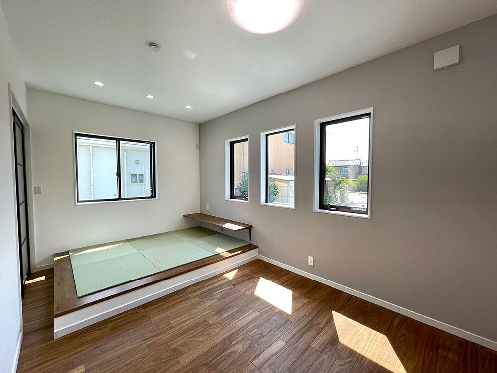 1階ベッドルームは和洋折衷<br> ベッドルーム4.5帖+和コーナー3帖の珍しいお部屋です。日中のお昼寝は和コーナーで、夜はベッドルームでと使い分けしやすそうです。