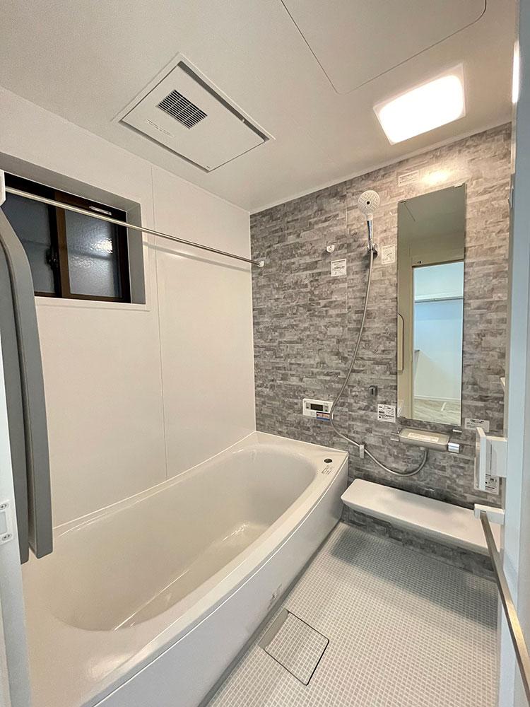 浴室<br> グレーのタイル風のアクセントパネルはお洒落で清潔感があります。