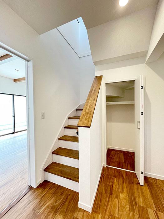 階段と階段横収納<br> バス用品や洗面用品、トイレットペーパーのストックを置く場所にぴったりです。