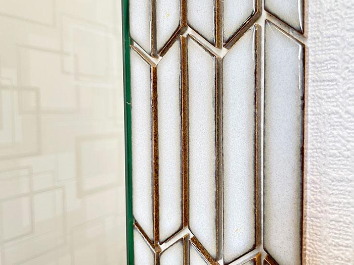 鏡横のタイル<br> 全身鏡の横はアンティークタイルが貼ってあります。