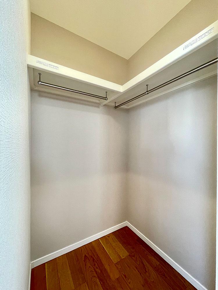 ウォークインクローゼット<br> 6帖のベッドルームの収納です。このお家の2階の収納は全てウォークインクローゼットです!