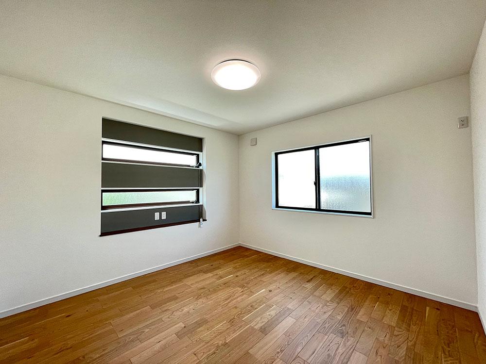 8帖のメインベッドルーム<br> 小窓の上下がアクセントクロスになっています。これがあるだけでお部屋の雰囲気が全然違いますね!