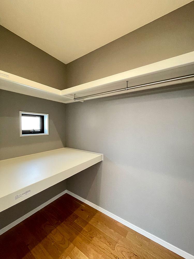 ウォークインクローゼット<br> メインベッドルームのウォークインクローゼットには中段もあるので敷き布団などの収納もできそうです。