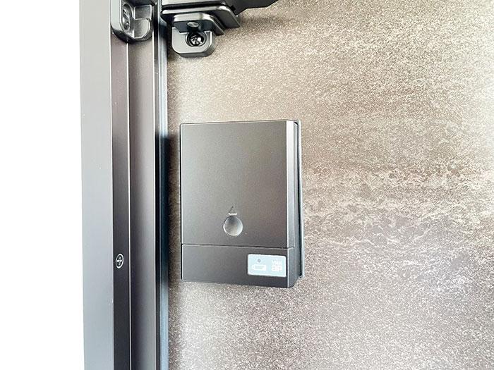 玄関はYKKAPのポケットKeyを採用<br> 鍵を取り出さずにお家へ入れます。 <br><br> カギ穴を見せない高い防犯性と便利な機能を両立したスマートコントロールキー搭載の新しい玄関ドアです。