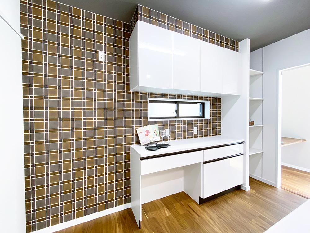 キッチンの壁紙はアクセントにブラウン系のかわいらしいチェック柄を採用しました。