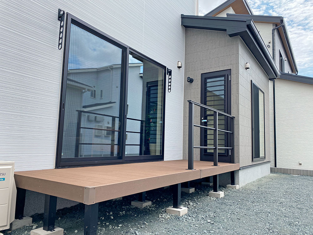 ウッドデッキ設置位置<br> サンルームとリビングの窓の間にウッドデッキがあります。