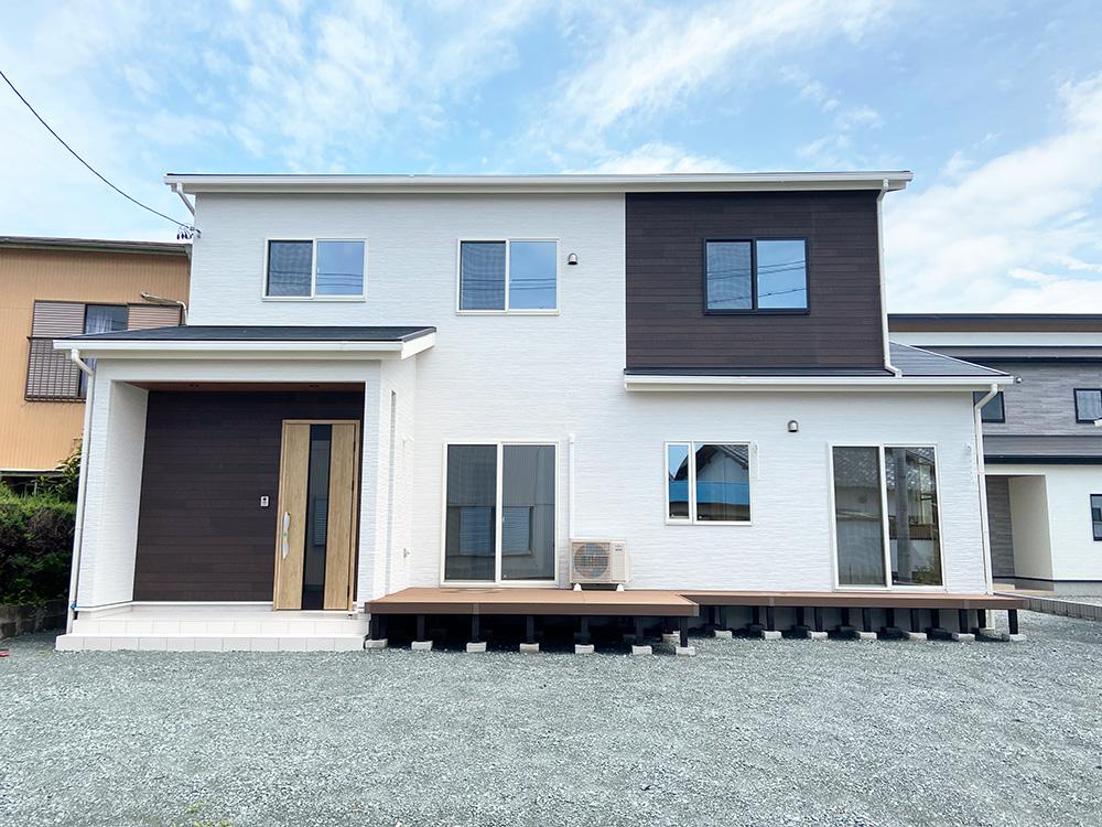 外観写真<br> 外壁は白をベースに濃いウッド調で引き締めました。<br> 屋根に濃いブルーを持ってくることで、印象にアクセントをプラス!