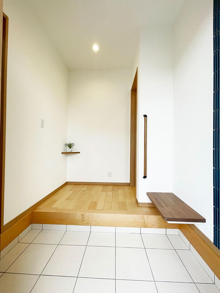 【玄関エントランス】全身鏡はもちろん設置&腰掛に使えるベンチも嬉しいです♪