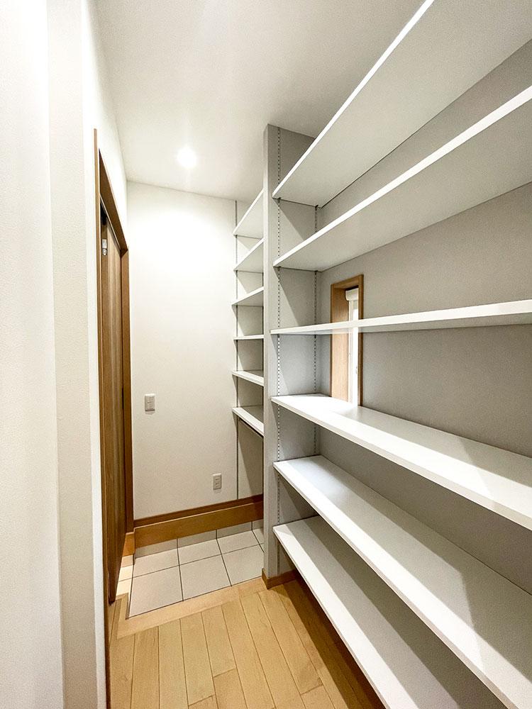 【シューズCL】玄関からウォークスルーとなっていて、多数の可動棚で家族分が収納できます。