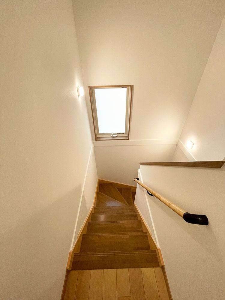 【階段】レバーで開けるタイプの窓付き