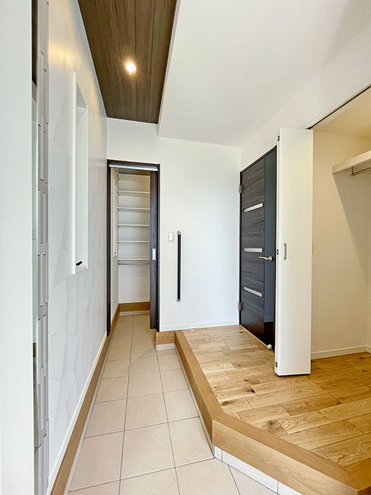 玄関<br> 玄関にクローゼットを設置。玄関を出た際にちょっと肌寒いなと思ってもすぐにコートを手に取ることができて便利です。