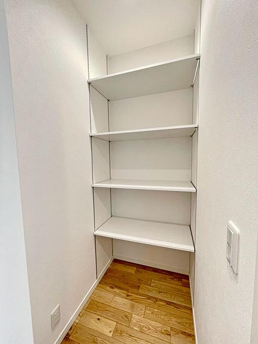 リビングクローゼット<br> コンセントが付いているので掃除機を充電しながらしまうことができます。家族の書類などは1階の収納にしまっておくと便利ですよね!