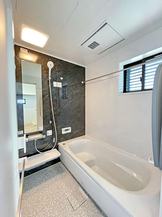 浴室<br> TOTOの浴室、sazana。滑りにくいほっカラリ床や節水しても水圧の強いエアインシャワーが特徴です。