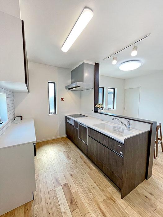 キッチン<br> 鉄の強さとガラスの美しさをあわせ持つ高品位ホーローが各所に使われています。扉には硬くて丈夫な「高圧メラミン面材」を採用。