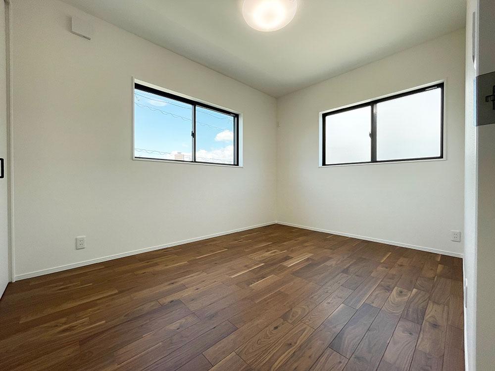 2階ベッドルームは低すぎない窓で安心