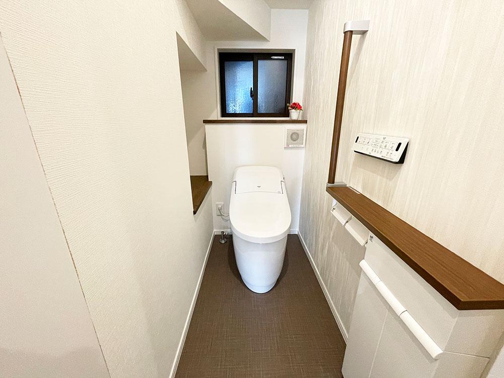 1階トイレにもアクセントクロスです
