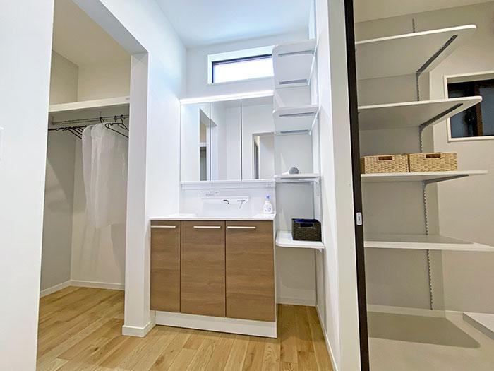 スタイリングエリア<br> 家族が並んでも使えるゆったりサイズの洗面台です。お化粧品などもたっぷり収納できます。