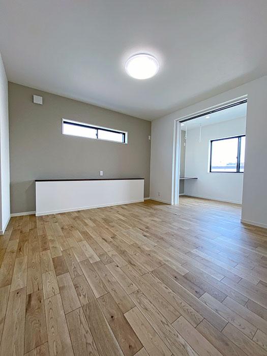 メインベッドルーム<br> 大きなベッドを置いても余裕のある広さの寝室です。