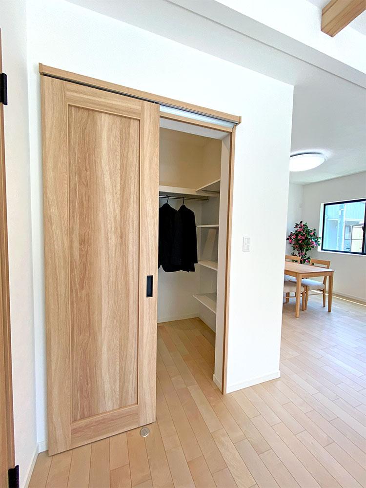 ファミリークローゼット<br> リビングにファミリークローゼットがあるので、よく着るお洋服はここへ収納できます。