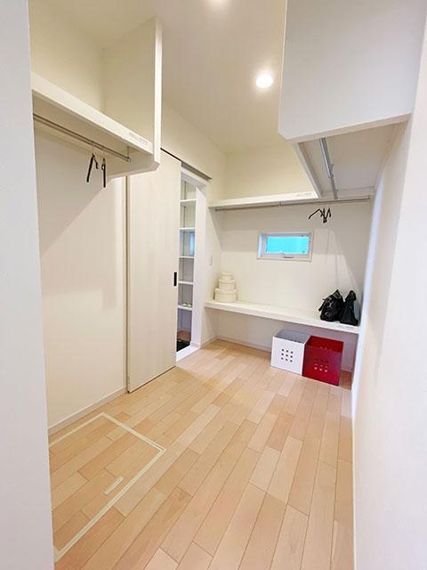 フィッティングルーム<br> タオルやパジャマ、普段着はフィッティングルームにまとめてスッキリ収納できます。