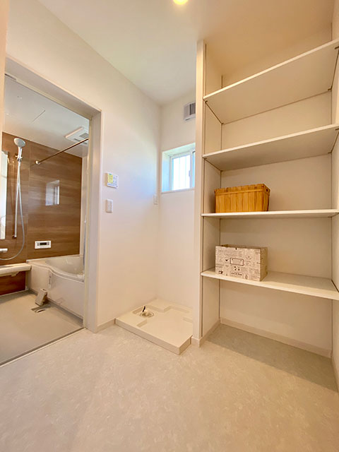 脱衣室(ランドリー)<br> 朝の準備が快適になるように洗面と脱衣室を別々に配置。