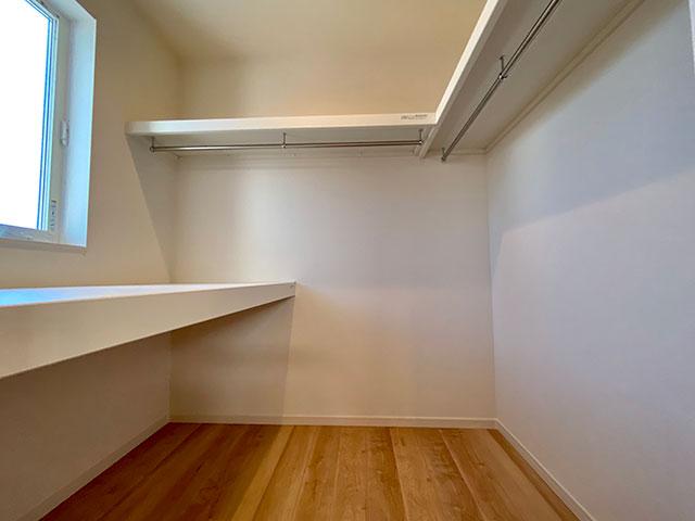 寝室ウォークインクローゼット<br> お布団や季節物の収納に便利な大型のクローゼットを設けました。